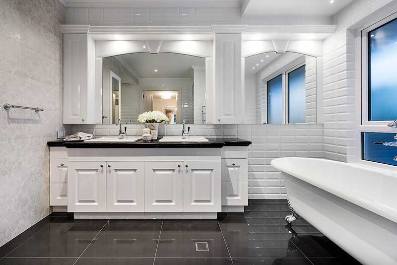 Traditional Hamptons style bathroom